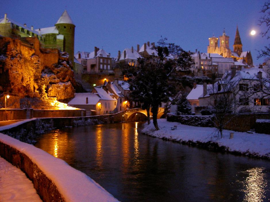 夜の中世の街